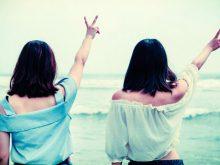 海に向かってピースする二人の女性_ようこそ交際クラブ(デートクラブ)