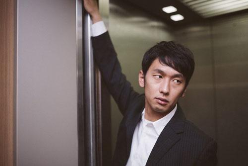 エレベータードアを押さえる男性_ようこそ交際クラブ(デートクラブ)