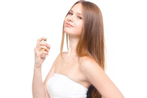 香水をつける女性_ようこそ交際クラブ(デートクラブ)