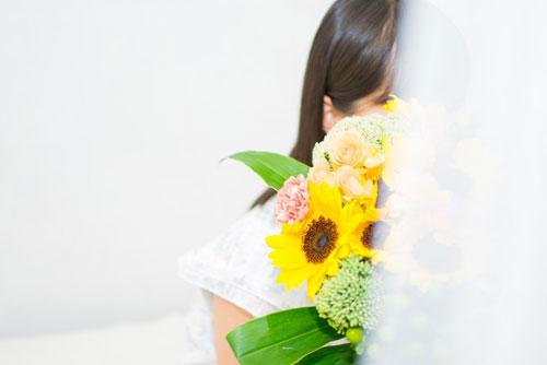 花を持つ女性_ようこそ交際クラブ(デートクラブ)