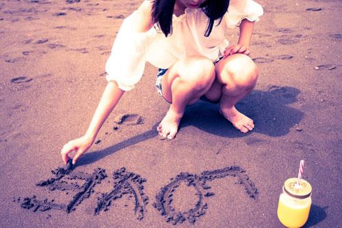砂浜にLOVEと書く女性_ようこそ交際クラブ(デートクラブ)
